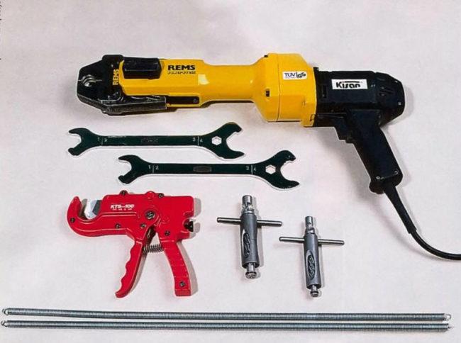 Инструменты для установки смесителя на кухне